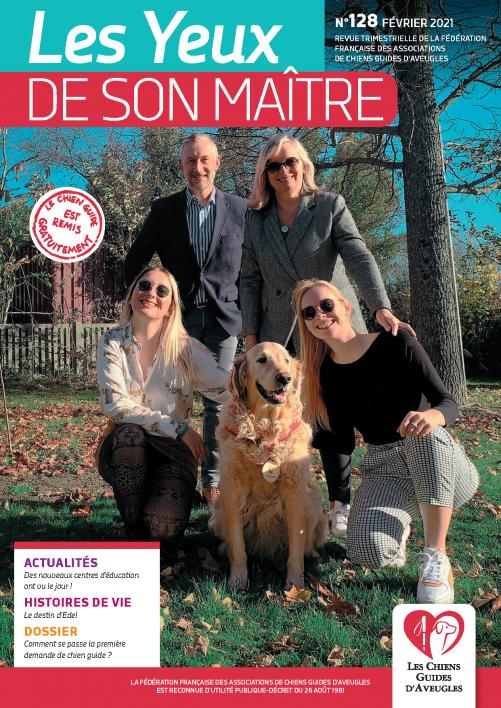 """Il s'agit de la couverture de la revue """"les yeux de son maître"""" numéro 127. Romane, une jeune fille malvoyante pose avec ses parents et son chien guide."""